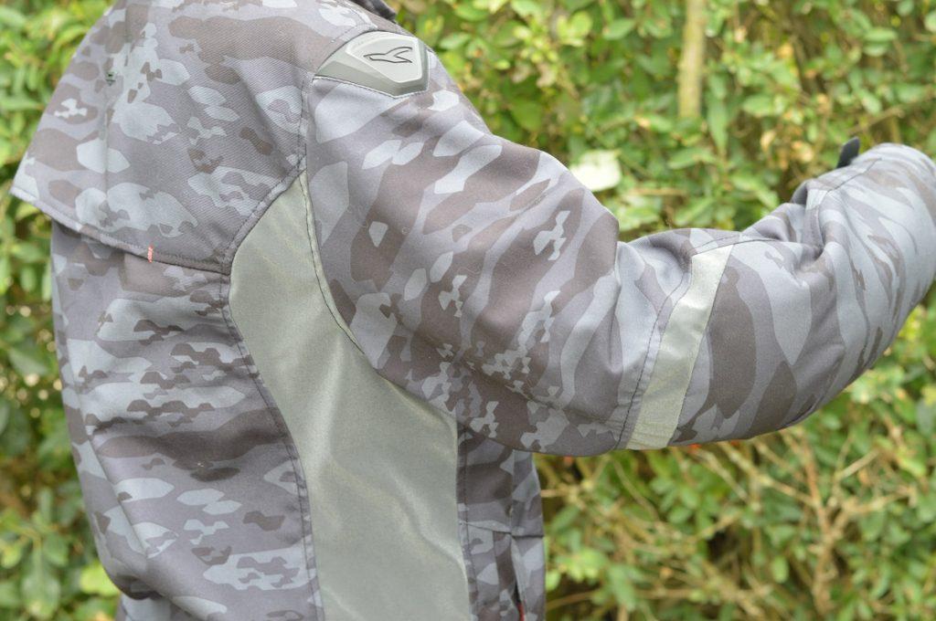 Le look camouflage qui tranche avec ce qu'on peut retrouver habituellement sur le marché