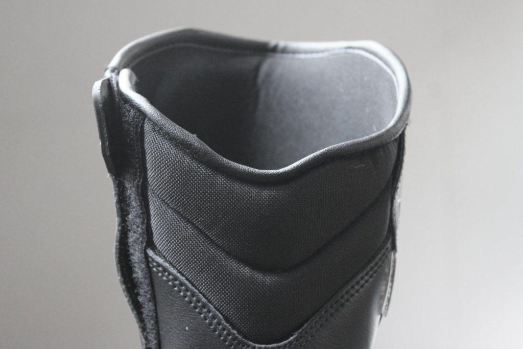 L'échancrure à l'arrière permet à tous les gabarits de mollets d'être à l'aise