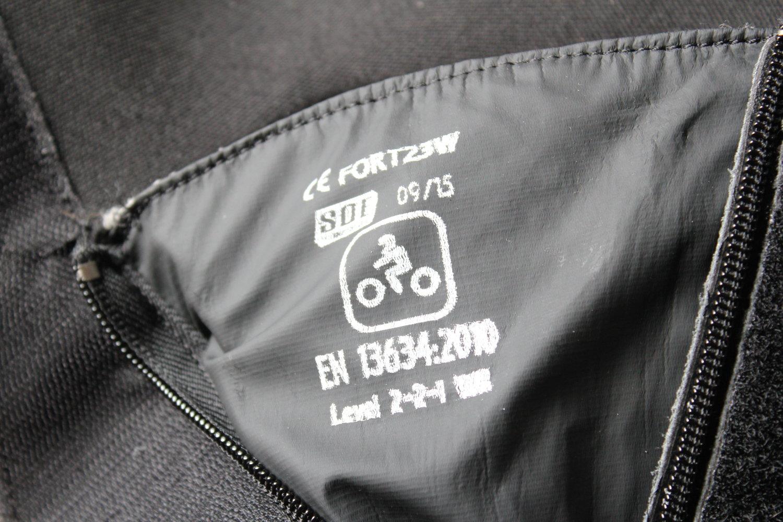 Un étiquette d'homologation de botte moto