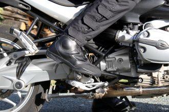 La rigidité des Forma Safari n'est pas sensible sur la moto et s'estompe de toute façon avec le temps
