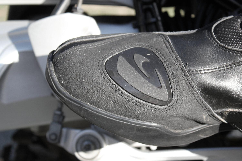 Le protège-sélecteur s'ajoute à un renfort souple qui couvre tout le bout du pied
