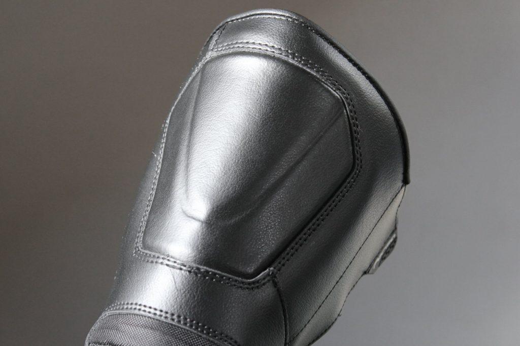 Un renfort tibia rigide est intégré sans sur-épaisseur dans la tige
