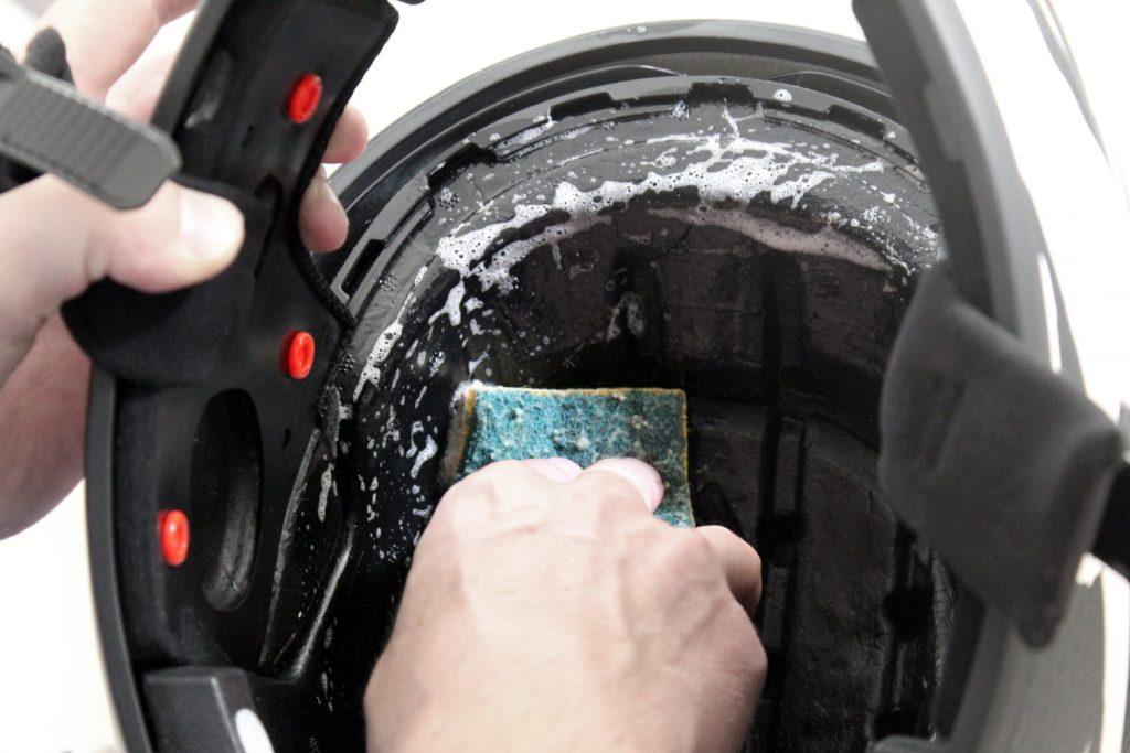 Nettoyer son casque moto : n'oubliez pas l'intérieur… Question d'hygiène !