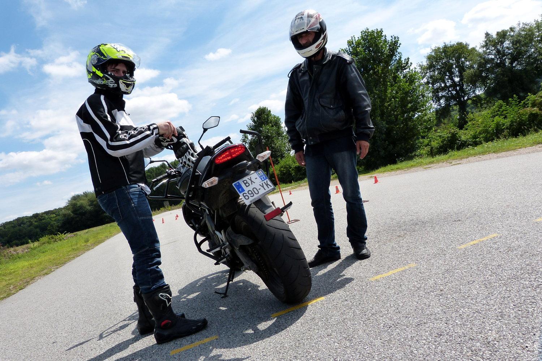 ROuler à moto avec des bottes