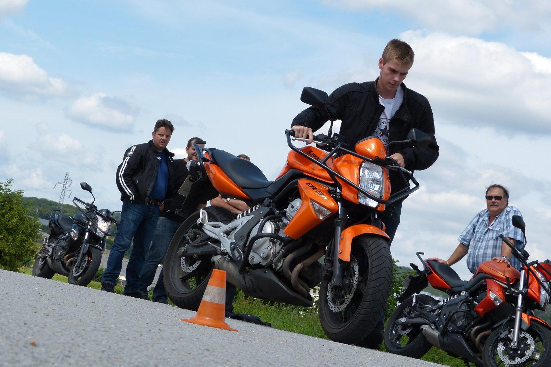 Vous devez avoir 18 ans pour passer le permis moto mais vous pouvez néanmoins commencer votre formation plus tôt