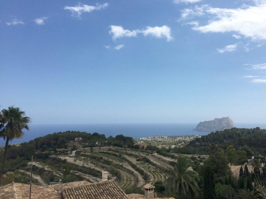 Le Rocher qui fait face à la ville côtière de Calp, Espagne