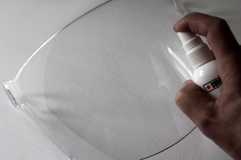 Un spray déperlant améliore la visibilité sous la pluie... et facilite l'entretien de l'écran !