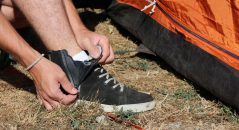 Le zip de fermeture permet d'enfiler les baskets très vite, sans recourir aux lacets. Pratique !