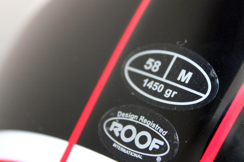 Une étiquette où figurent taille et poids du casque