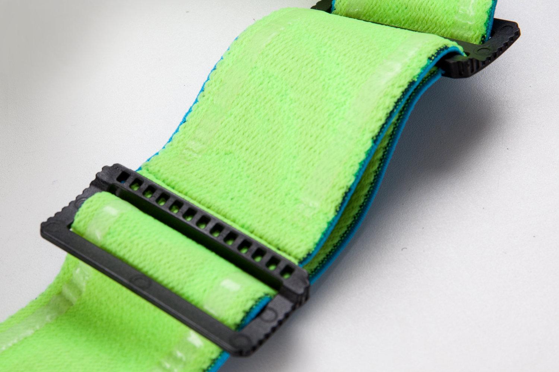 Le strap élastique est bien large et dispose de silicone pour une bonne tenue sur le casque