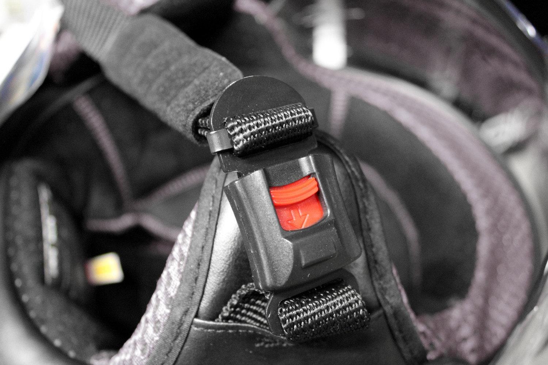Boucle automatique de casque moto