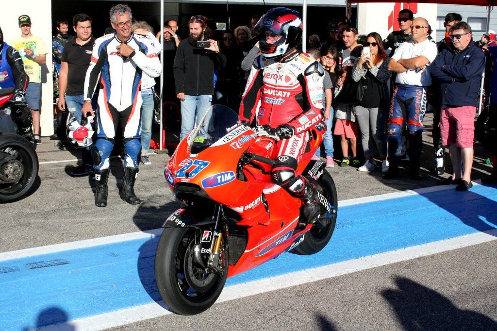 Un collectionneur, propriétaire de cette Ducati de MotoGP ayant été pilotée par Stoner, l'a faite tourner sur le circuit. Mes aïeux, quel son !