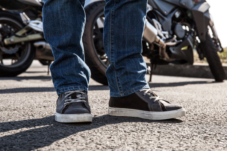 Des basket moto, discrètes mais protectrices