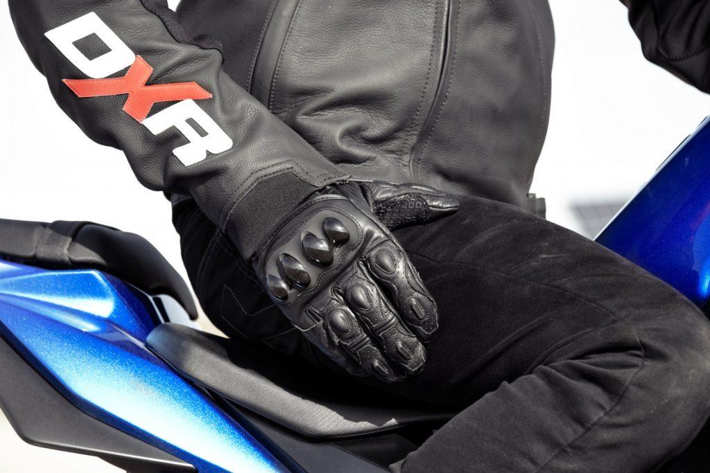 Le décret n°2016-1232 du 19 septembre 2016 a rendu les gants moto obligatoires