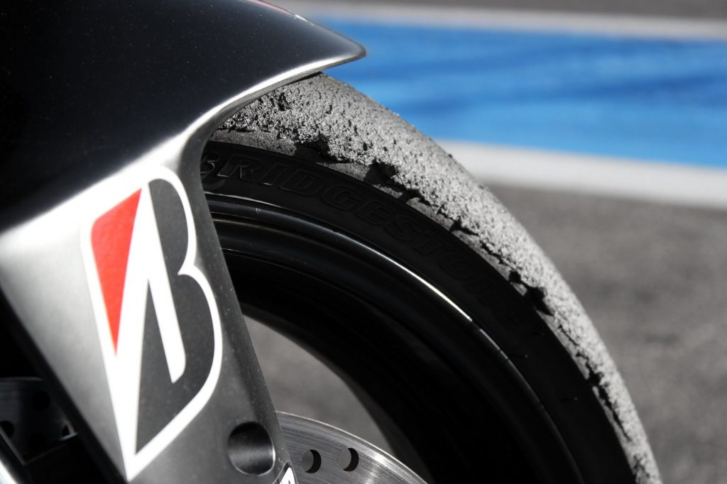 Un pneu avant Bridgestone après quelques sessions sur le circuit du Castellet