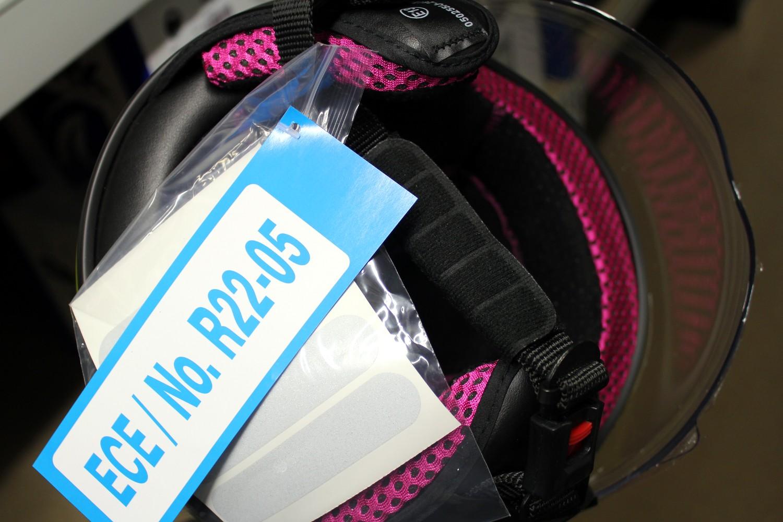Une étiquette ECE 22.05 sur une casque moto neuf