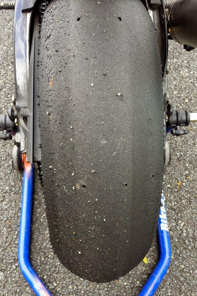 La gomme du Pirelli Superbike Pro est plus durable que celle d'un Superbike SC