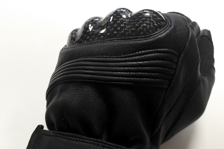 Soufflet sur un gant moto en cuir