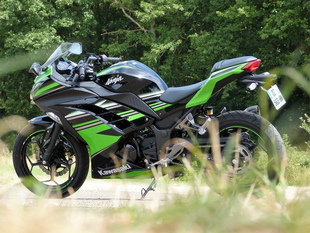 Les motos 300 cm3 permettent aux conducteurs débutants de s'amuser tout de suite, mais aussi de se forger une bonne expérience de conduite