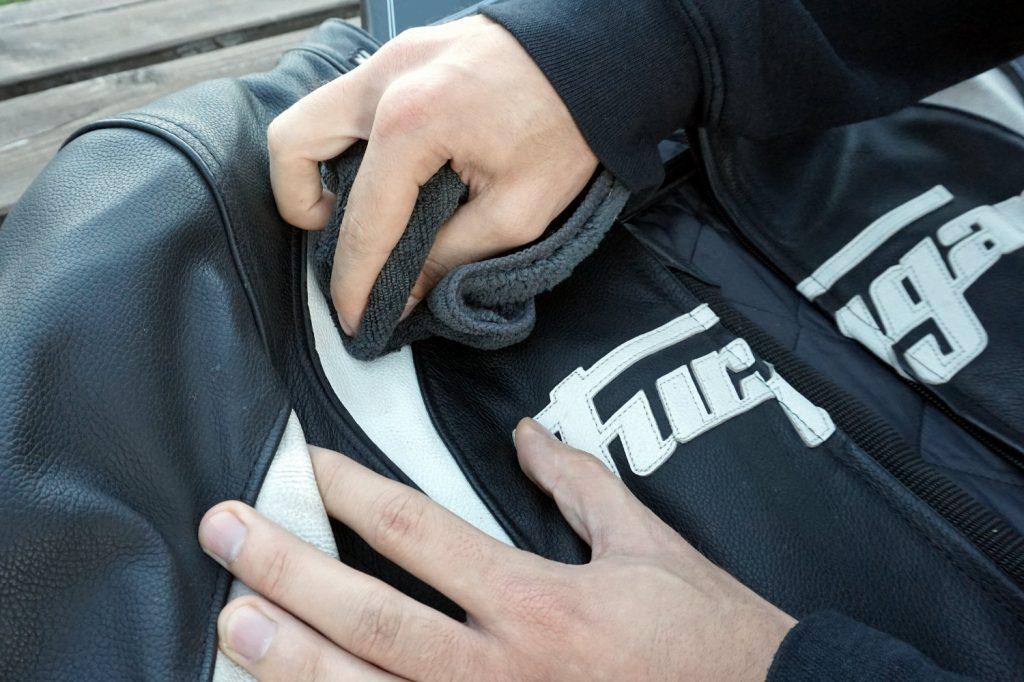 Le nettoyage avec une lingette microfibre permet de mieux respecter le cuir