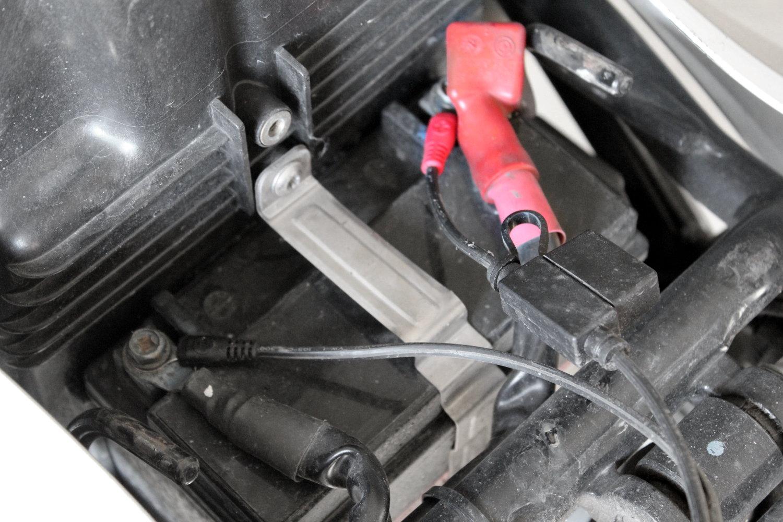 Les prises batteries, branchées à demeure sur la moto pour un raccord aisé au chargeur