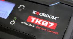 Le Kooroom TKB7 est un chargeur dit intelligent, c'est à dire qu'il enchaîne les cycle de contrôle, de charge, d'entretien de la batterie