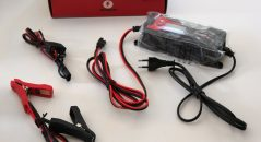 , Le contenu du package : le chargeur Kooroom TKB7, les prises permanentes et les pinces croco