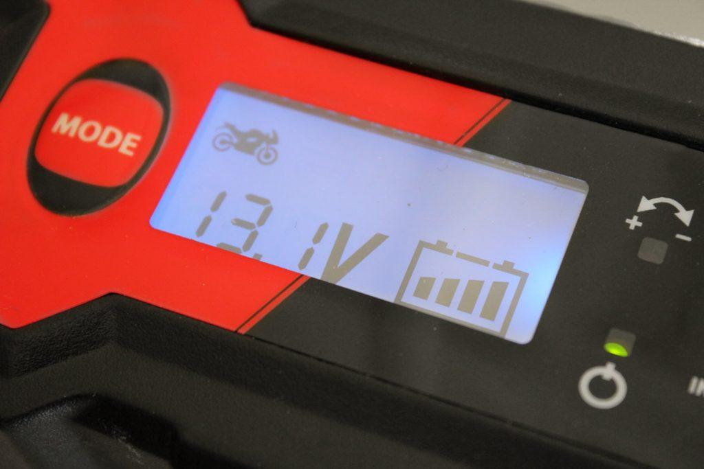 Le chargeur de batterie moto Kooroom TKB7 vous informe de la tension de votre batterie