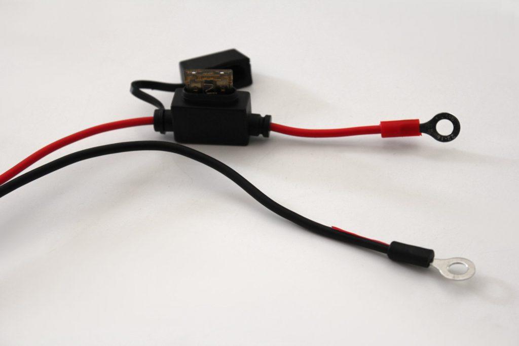 Les prises permanentes, à visser sur les bornes de votre batterie. Un fusible protège le circuit de toute surtension.