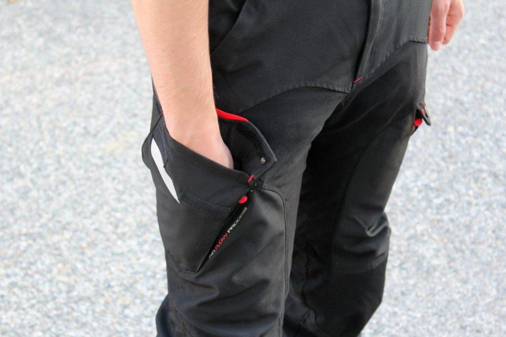 Quatre poches (toutes zippées) sont prévues, dont ces poches cargo