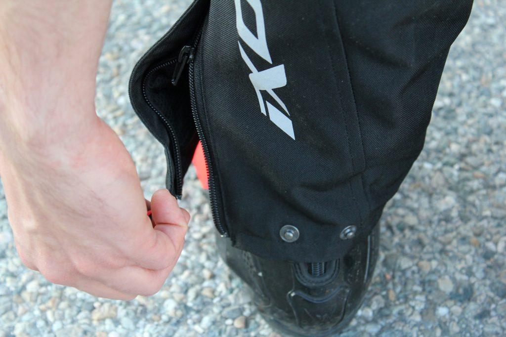 Des boutons pressions pour régler le tour de cheville, on a vu plus facile à manipuler, surtout avec des gants hiver