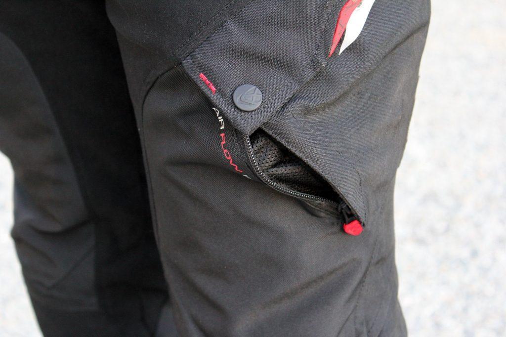 Le zip de ventilation se tient ouvert naturellement par sa disposition