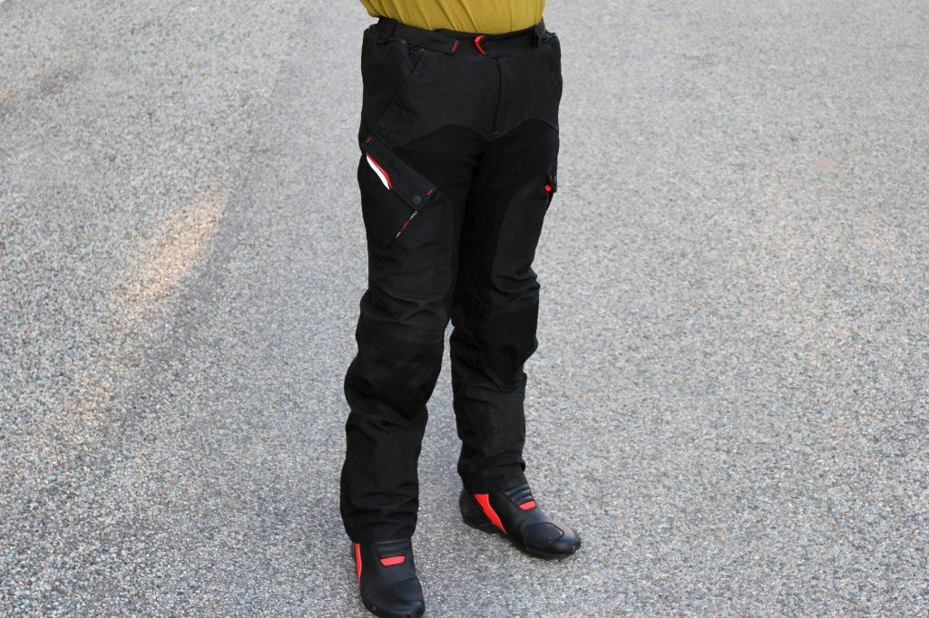 Le pantalon Ixon Crosstour, un équipement assez passe-partout dans cette livrée noire