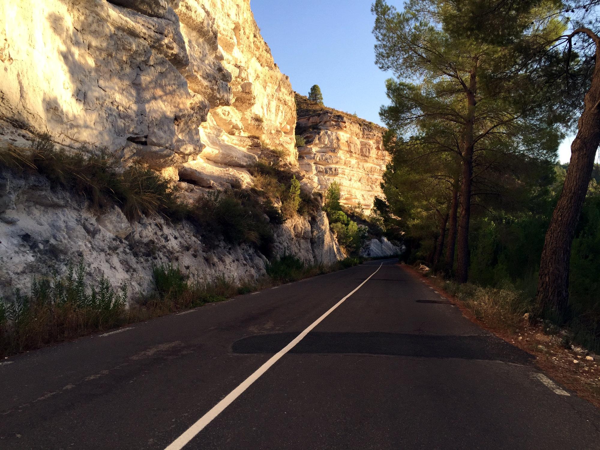 La route de la Ribera de Cubas en direction de Jorquera longe la falaise. Grandiose !