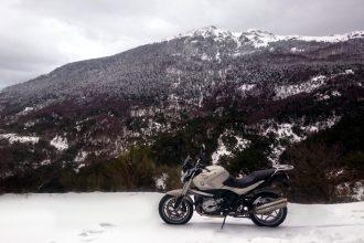 Moto dans la neige en hiver
