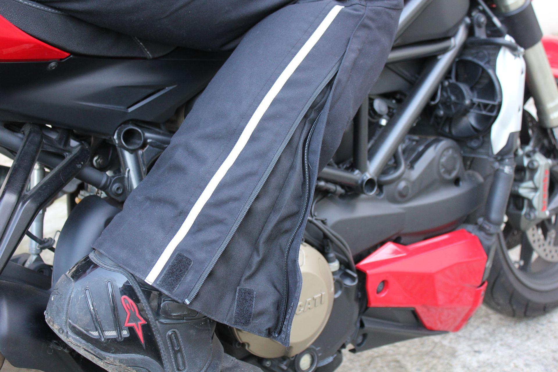 Le bas du pantalon Alpinestars Patron dispose d'un excellent ajustement réalisé par velcros et zips