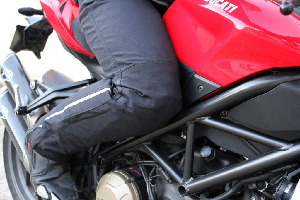 Le tissu des jambes pré-cintré offre un grand confort même sur les machines où les jambes sont assez repliées