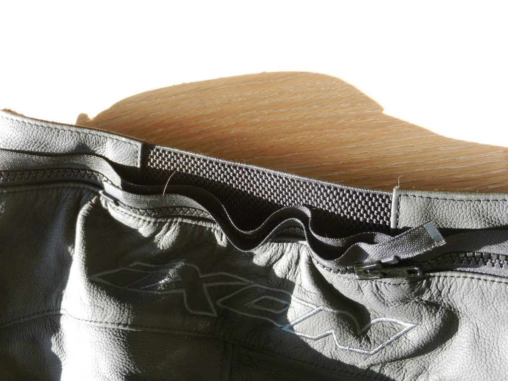 Le pantalon propose un double zip, un court rapide minimaliste et un complet qui fait tout le tour de la taille pour y coupler les blousons de la même marque.