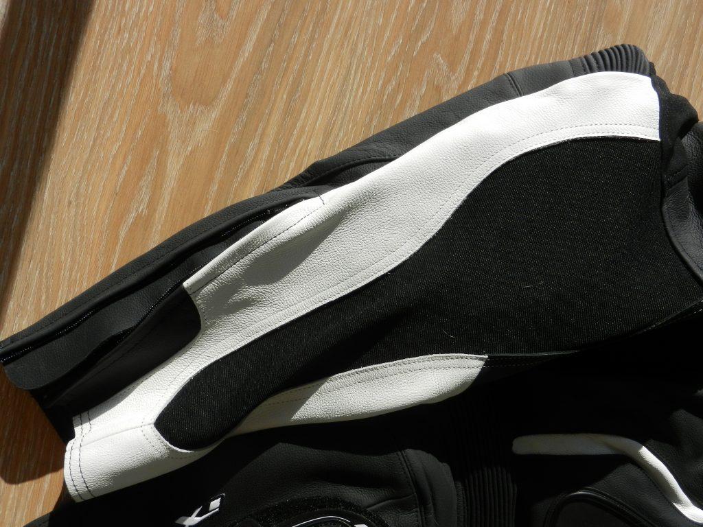 Détail du pantalon, le blanc tranche bien, le tissu stretch de qualité, la finition est à la hauteur.