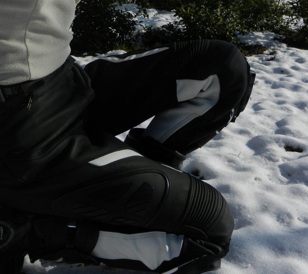 Démonstration de souplesse en pantalon Ixon Prima VX, le stretch et les soufflets de genoux font leur travail.