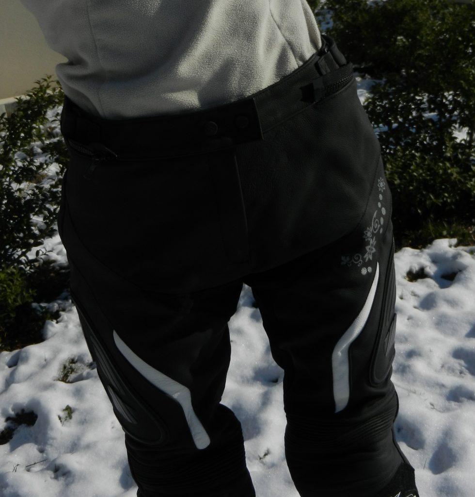 Vue d'ensemble du pantalon, petites touches de blanc et coupe sportive.