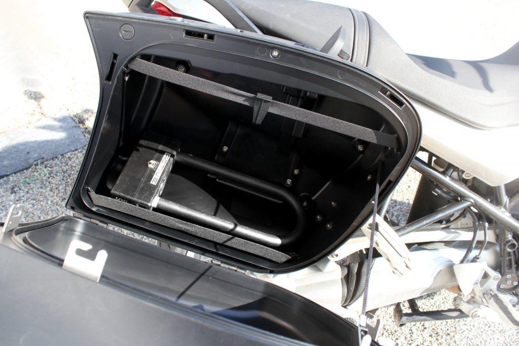 La bagagerie reste sans doute la solution la plus confortable pour transporter son antivol moto. Si vous n'êtes pas équipé(e), pensez aux sacoches de réservoir, peu onéreuses !