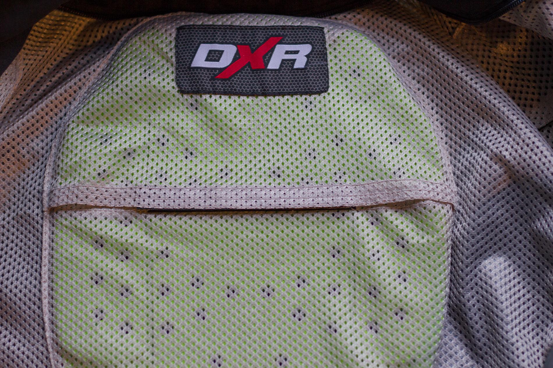 Sans surprise, la dorsale DXR Back Protector s'intègre parfaitement dans la veste DXR Roadtrip