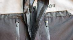 Le double rabat au niveau de la fermeture zippée protège parfaitement du froid et stoppe toute entrée d'air