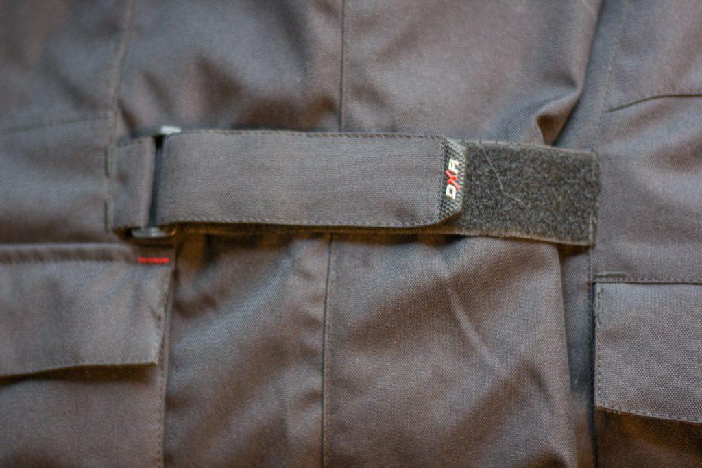 Les lanières en velcro permettent d'ajuster la veste DXR Roadtrip à toutes les morphologies