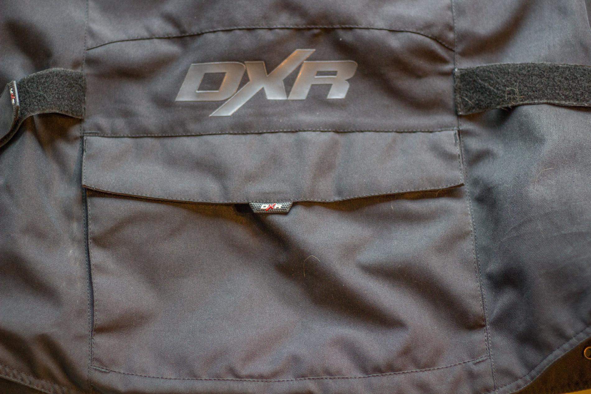 Un petit rangement pratique, pour ranger un petit pantalon de pluie. Attention : ne pas mettre d'objet dur, qui pourrait être dangereux en cas de chute