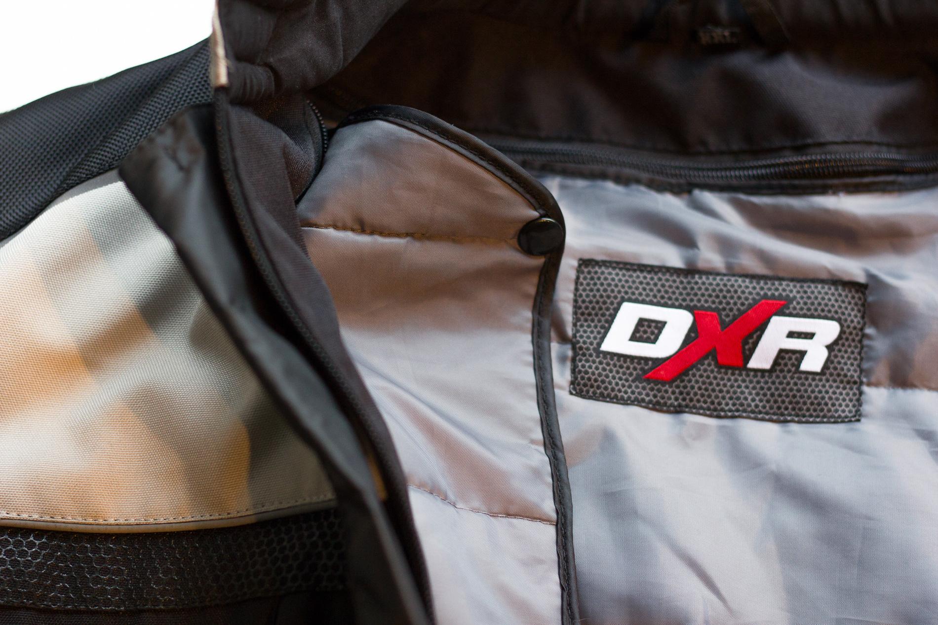 Petit point faible de la veste DXR Roadtrip, la doublure s'avère un peu légère en hiver. A combiner avec un ensemble DXR Wintercore