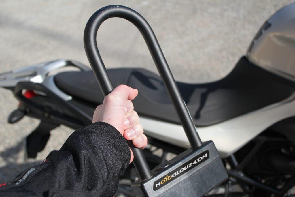 Comment transporter son antivol à moto ? Nos tuyaux pour éviter les galères !
