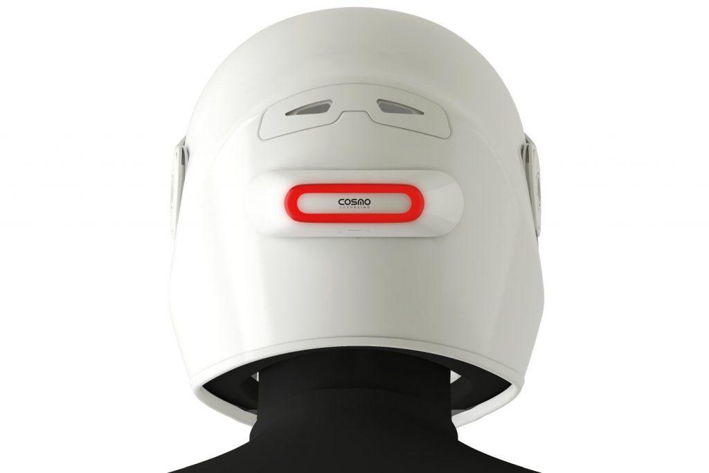 Le module Cosmo Connected se fixe à l'arrière du casque, à hauteur du regard des automobilistes