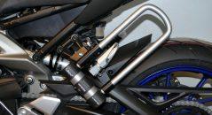 Les supports U comme ce modèle Top Block pour Yamaha MT-09 permettent de transporter un antivol à moto facilement
